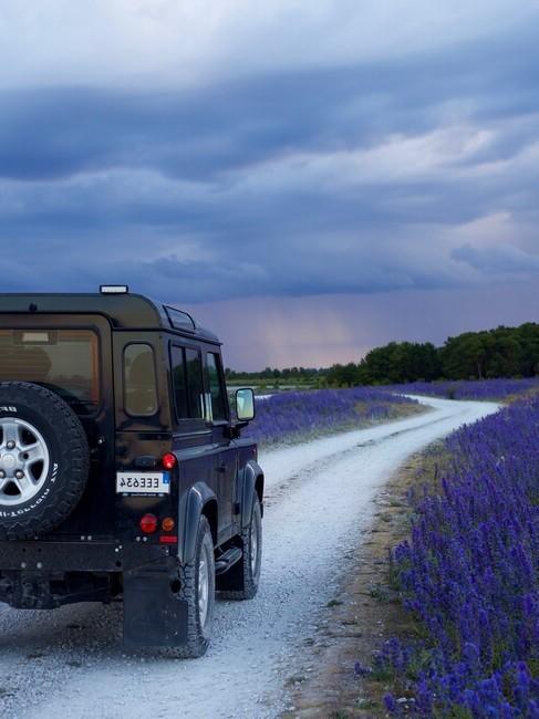 auto op een landweg