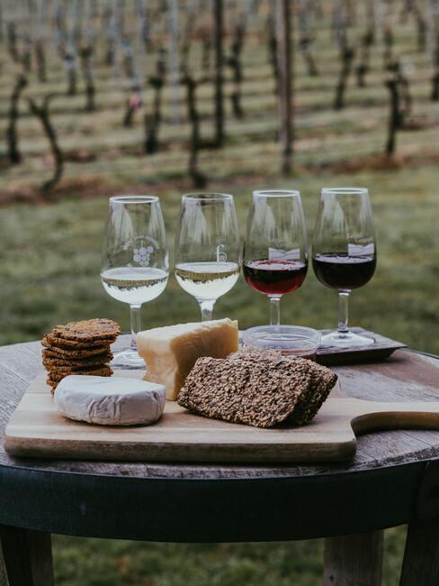 4 glazen wijn met een borrelplank