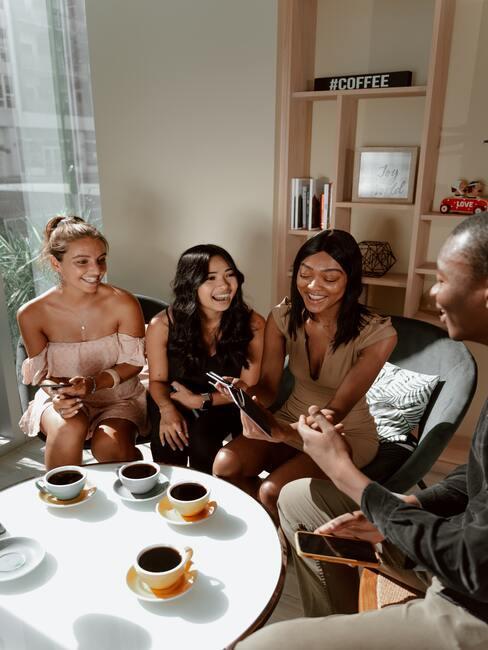 4 vriendinnen aan een tafel