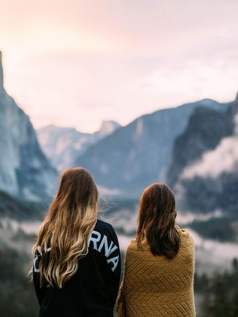 2 vriendinnen in de natuur