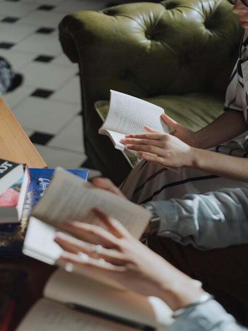 mensen met boeken vast