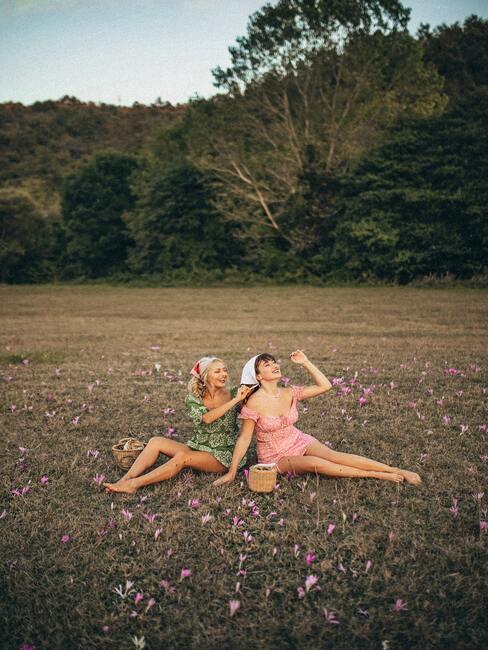 2 vriendinnen op het gras
