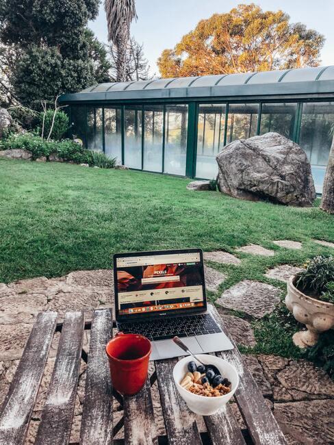 buiten in de tuin werken