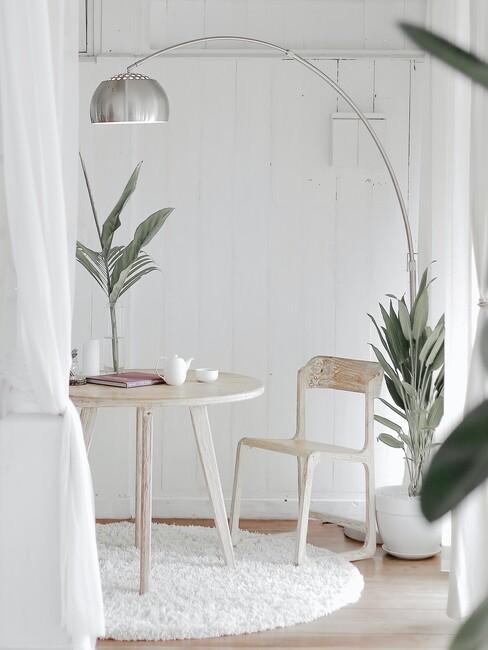 ronde houten rafel met een wit kleed