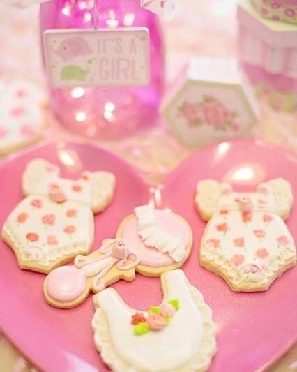 roze koekjes op roze bord