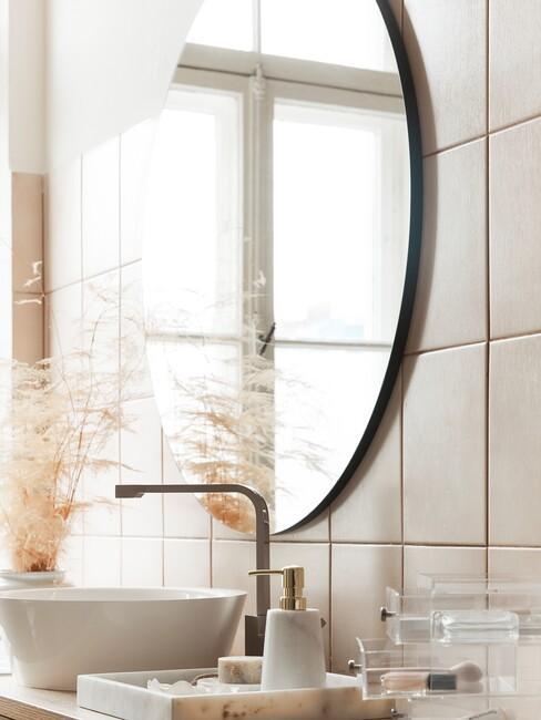 een badkamer muur met tegels en een ronde spiegel