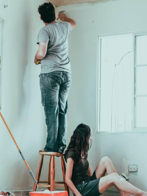 vrouw en man aan het klussen