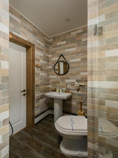 bruine en beige tegels in een badkamer