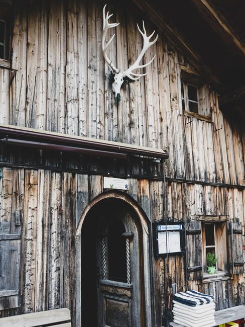 houten huis met een gewei