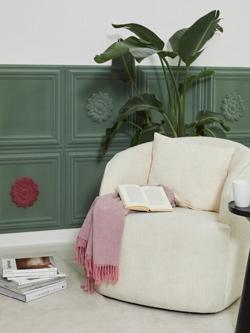 beige stoel met een boek en roze plaid