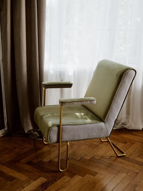 groene stoel met gouden poten