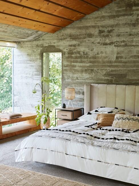 beige bed met wit dekbed