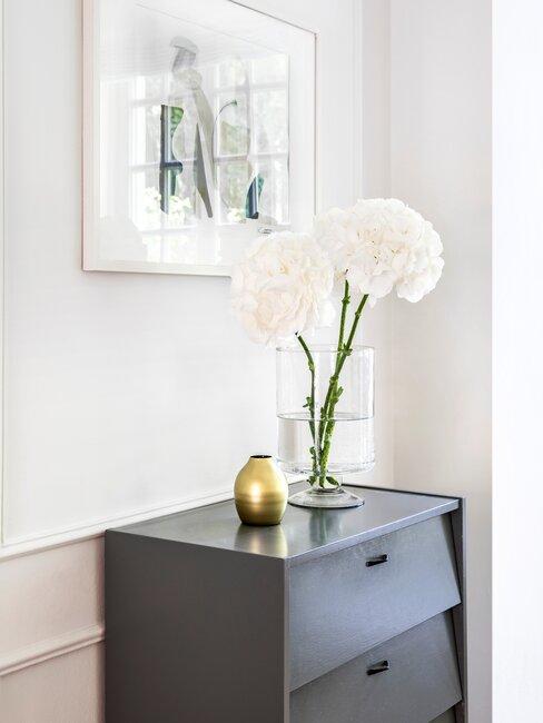 zwarte bijzettafel met witte bloemen in een vaas