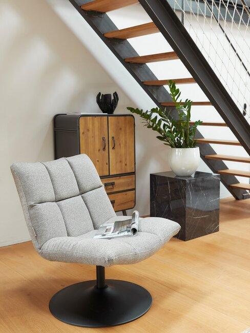 houten trap met grjize stoel