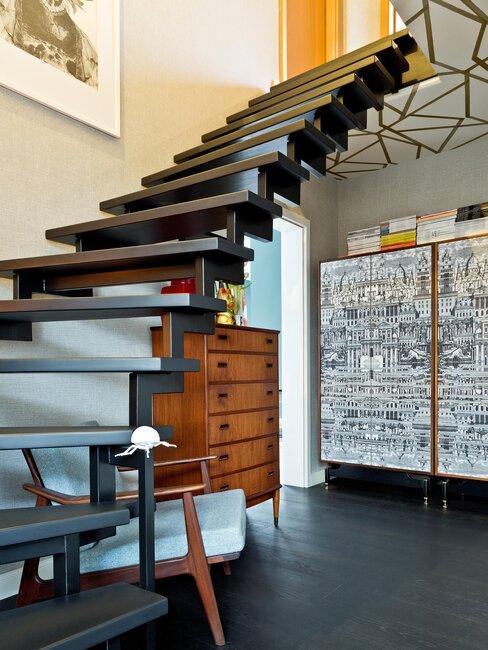 zwarte trap en een houten vloer met een houten kast