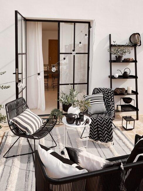 openslaande deuren met zwart meubilair