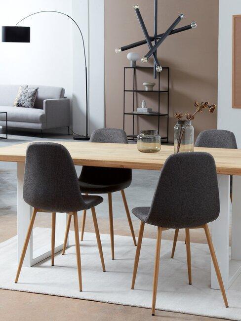 houten eettafel met zwarte stoelen