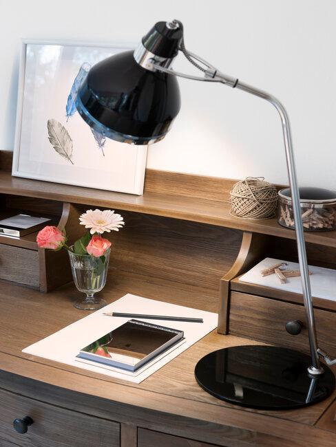 houten bureau met zwarte lamp