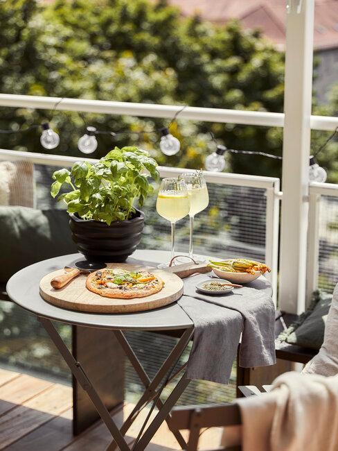 gedekte tafel op balkon