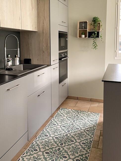 grijze keuken met donker keukenblad met een Portugese loper