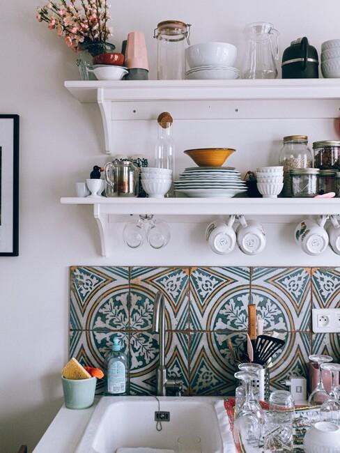 een keuken met tegels op de achterwand