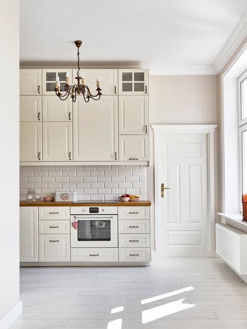 witte keuken met witte tegels
