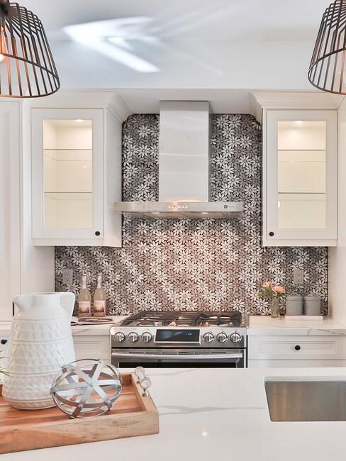 witte keuken met grijze tegels