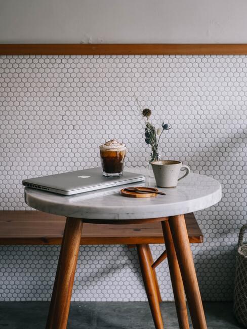 witte tegels met hout en marmeren tafel