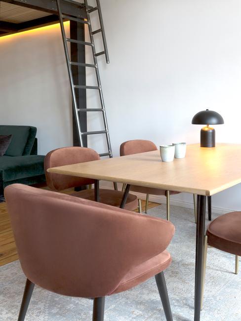 houten tafel met roze stoelen