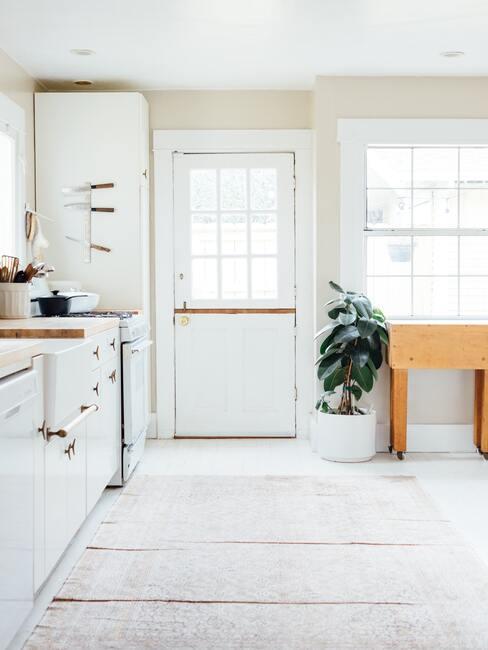 witte keuken met houten kast