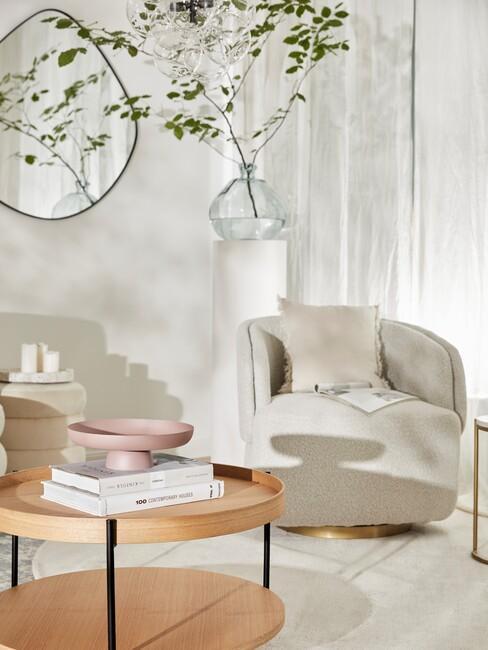 houten ronde tafel met beige stoel