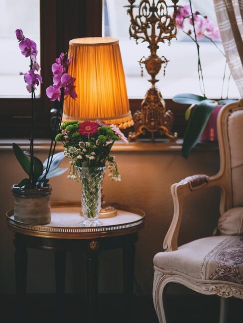 gebloemde stoel mt gele lamp
