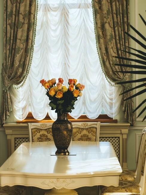 bloemetjes gordijnen met vaas met bloemen op een tafel