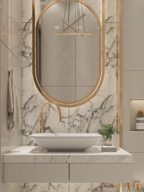 witte marmeren badkamer met gouden spiegel en kraan