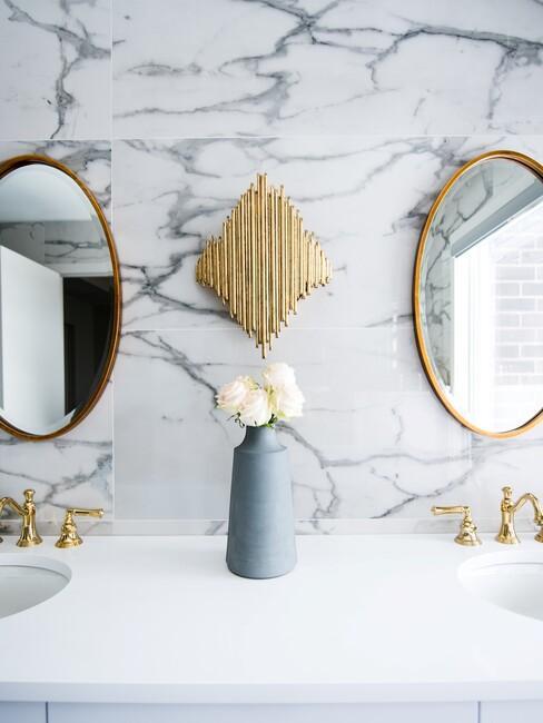 marmeren muur met gouden spiegels