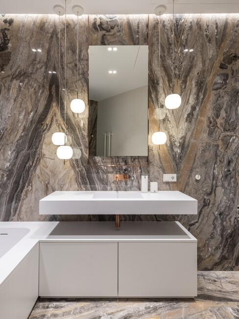 donkere badkamer met witte badkamer