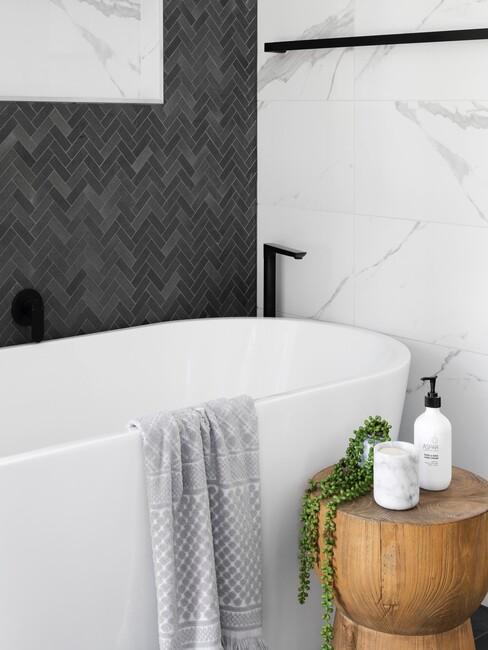 wit bad met grijze en marmere tegels