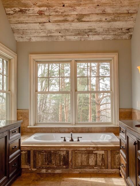 houten bad met houten plafond