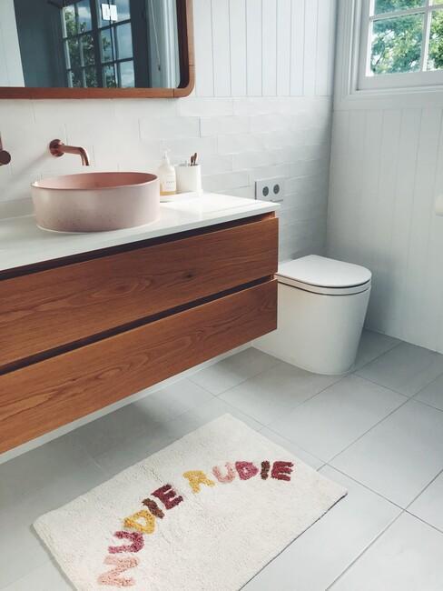 houten badkamermeubel met witte wc met witte badmat