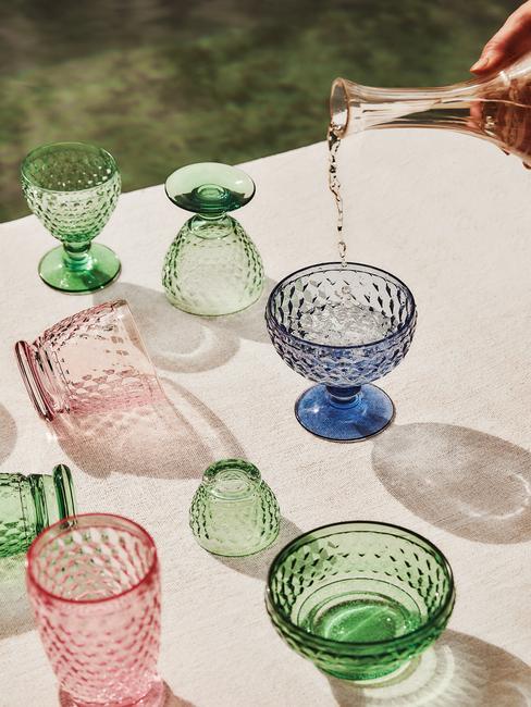 gekleurde glazen op een witte tafel