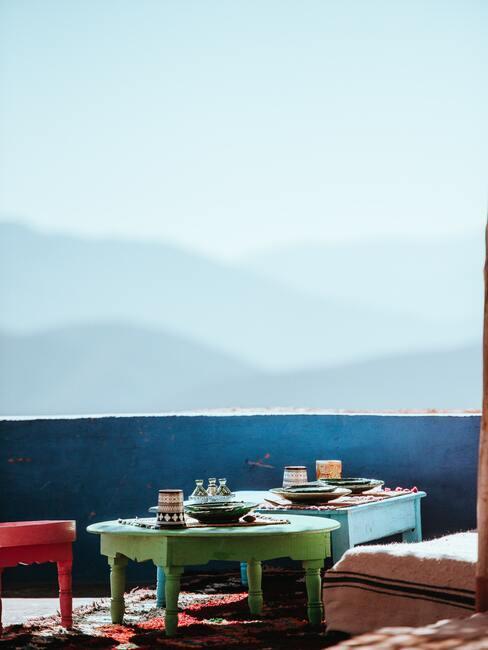 groene en rode meubels voor een blauwe muur