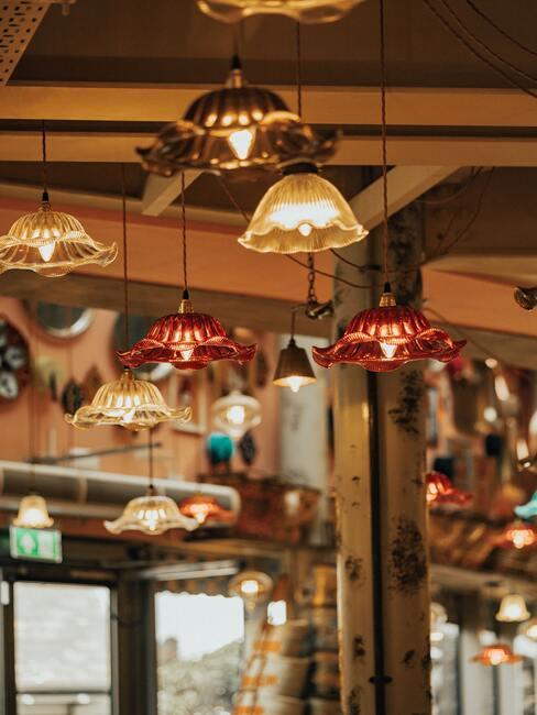 gekleurden glazen lampen aan een houten plafond