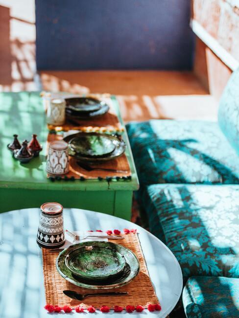 blauwe vloerkussens met blauwe en groene tafels