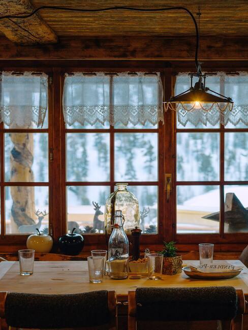 houten interieur met zwarte stoelen en zwarte lampen