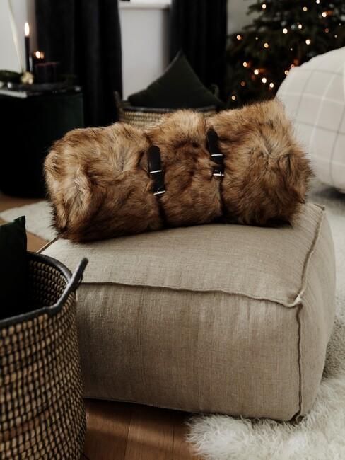 beige vloerkussen met bont deken