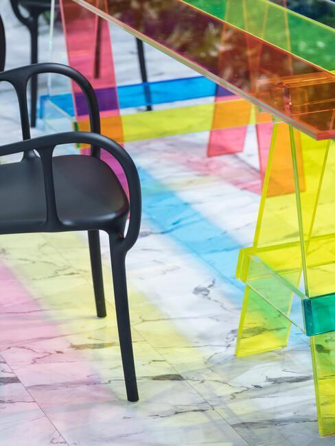 gekleurd bureau met zwarte stoel