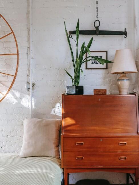 houten kast met beige lamp