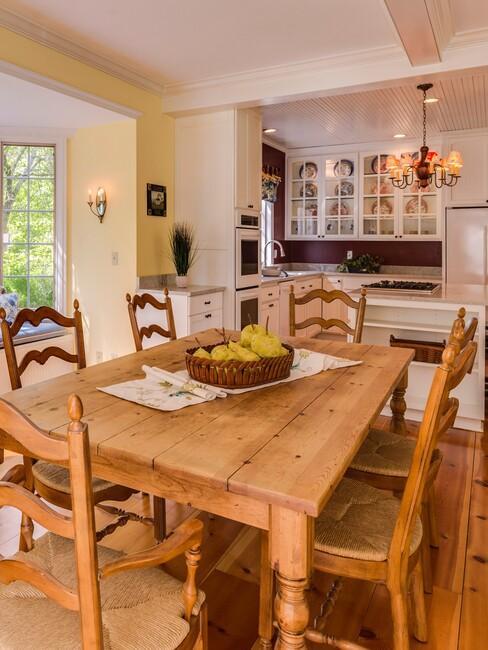 houten tafel met houten stoelen