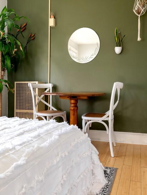 witte plaid met houten tafel en witte stoelen