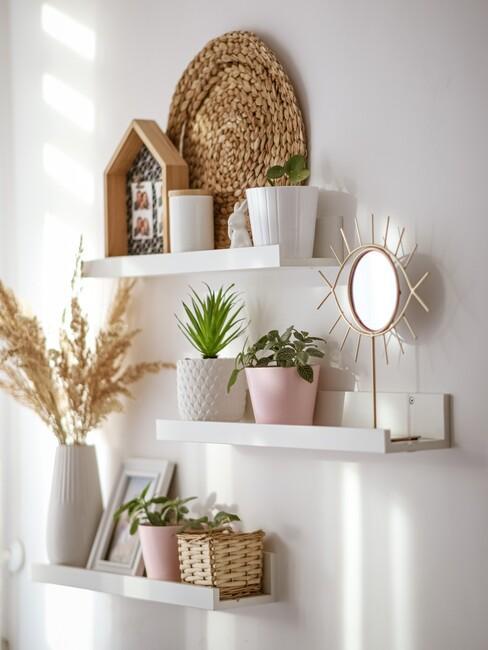 witte planken met decoratie